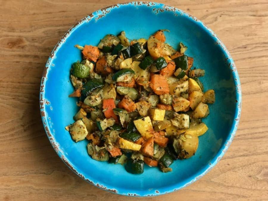 Zanahorias Y Calabacines Al Horno Con Especias Hazles después un corte y cuécelas en una olla con abundante agua o al horno a 180º durante unos 25 minutos. zanahorias y calabacines al horno con especias
